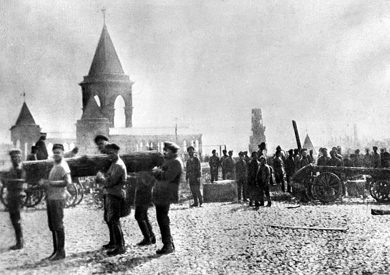 Революционер и один из руководителей Советского государства Владимир Ленин (крайний справа) помогает нести бревно на субботнике, 1 мая 1920 года