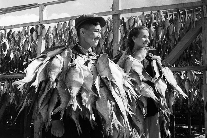 Ученики Муйнакской средней школы на субботнике, 1953 год