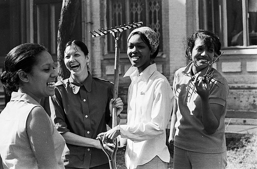 Лаборанты сахарных заводов Кубы на субботнике, 1980-е годы