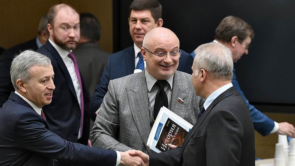 Сенатор Андрей Клишас (в центре)