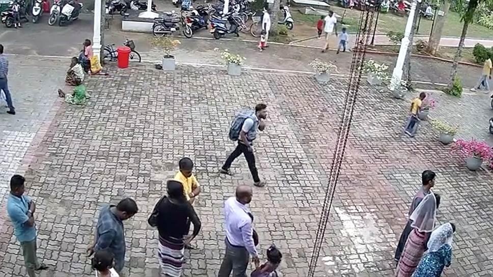 Предполагаемый террорист-смертник в Негомбо (в центре с рюкзаком за спиной)