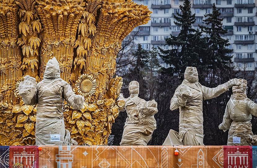 6 апреля, Москва. Закрытые на реставрацию скульптуры фонтана «Дружба народов» на ВДНХ
