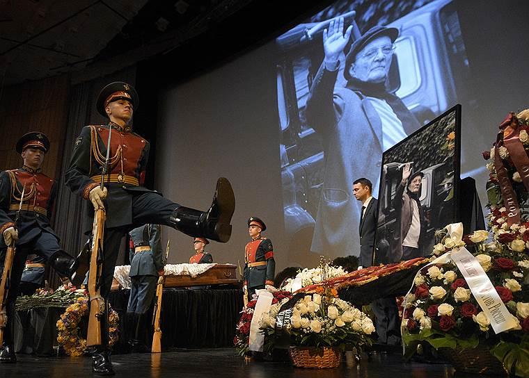 9 апреля, Москва. Церемония прощания с режиссером Георгием Данелией в Центральном Доме кино
