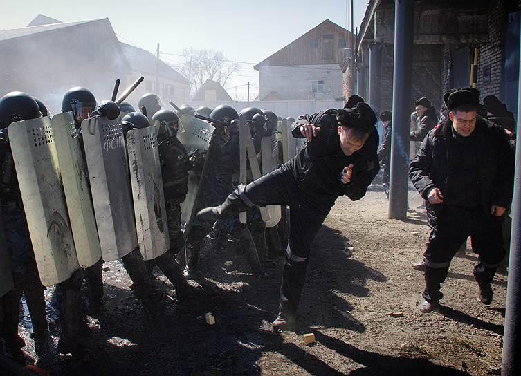 9 апреля, Республика Алтай. Учения сотрудников ФСИН по подавлению бунта на территории лечебно-исправительного учреждения №8