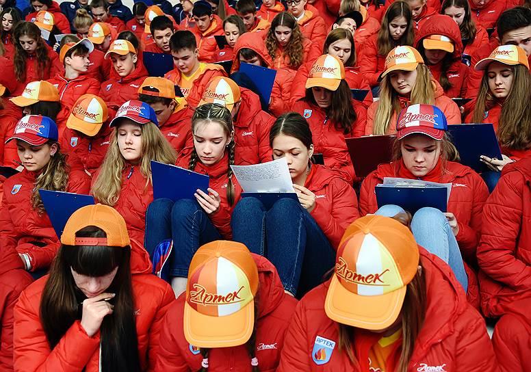 13 апреля, Крым. Участники всероссийской акции «Тотальный диктант» в детском центре «Артек»