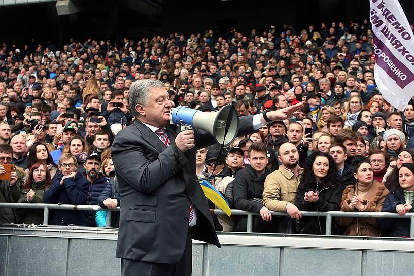 14 апреля, Киев. Президент Украины Петр Порошенко во время несостоявшихся дебатов на стадионе «Олимпийский» с Владимиром Зеленским, впоследствии выигравшим выборы