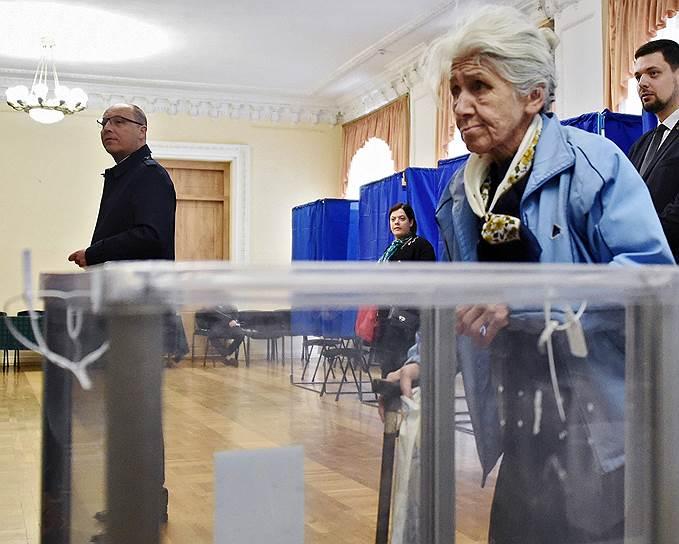 21 апреля, Украина. Председатель Верховной рады Андрей Парубий (слева) на избирательном участке во время второго тура президентских выборов