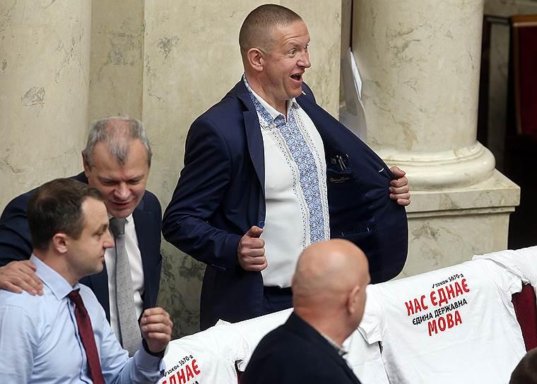 25 апреля, Украина. Депутаты Верховной рады во время принятия проекта закона об украинском языке