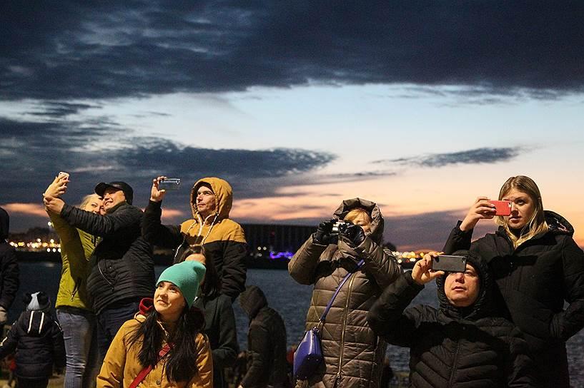14 апреля, Нижний Новгород. Зрители фестиваля аудиовизуального искусства Intervals-2019 на набережной Оки