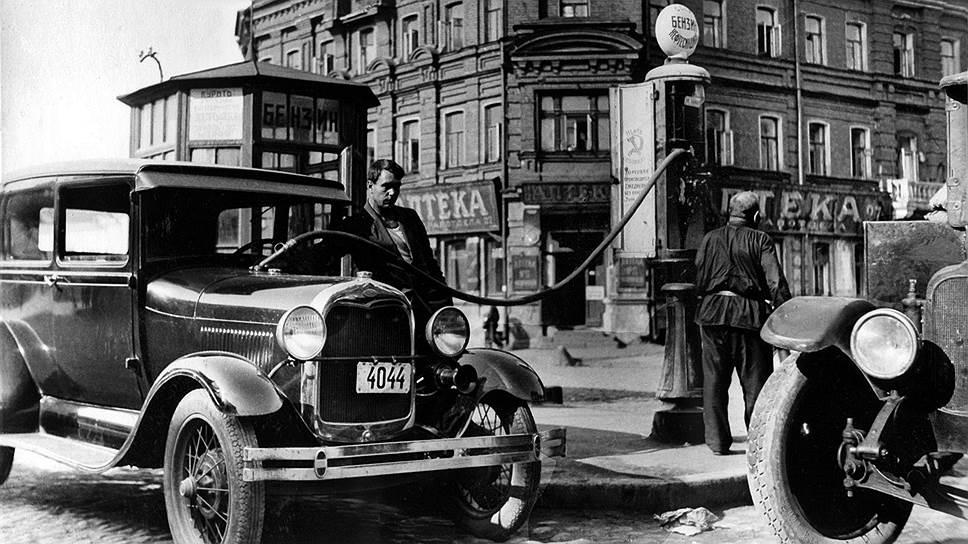 На редких советских колонках бензин был не самым качественным, но очень дорогим