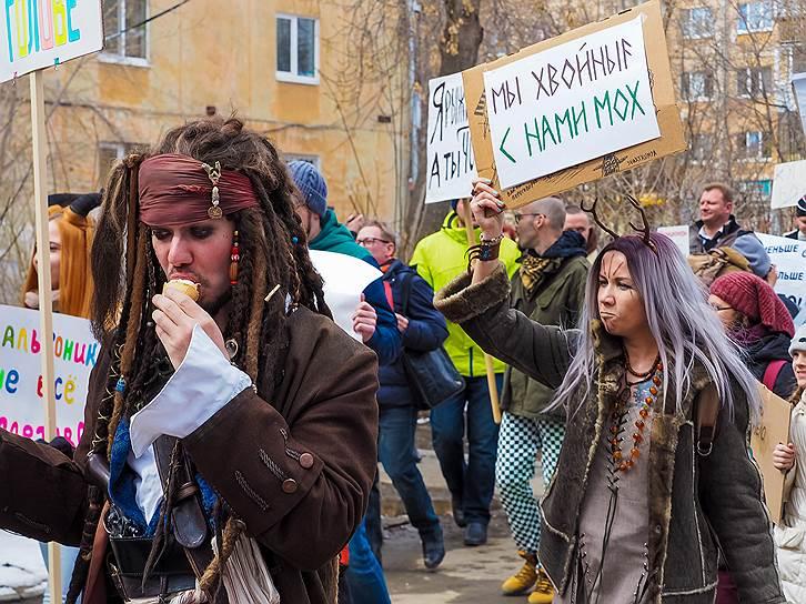 Участник екатеринбургской «Монстрации» в костюме Джека Воробья, персонажа фильма «Пираты Карибского моря»