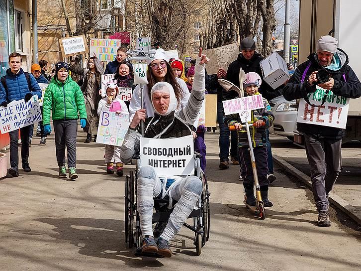 В Екатеринбурге городские власти разрешили провести «Монстрацию» на окраине — в жилом районе Вторчермет. По данным организаторов, участие в ней приняли не более 100 человек