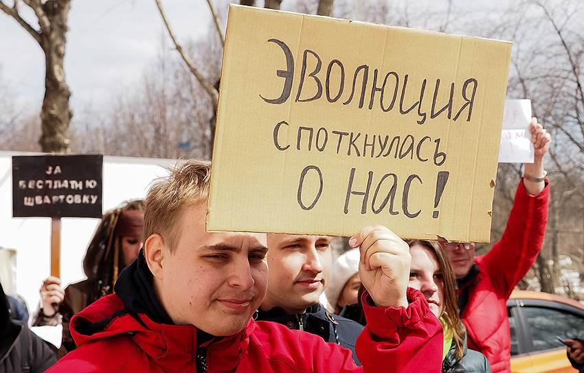 Многие участники надели веселые костюмы и держали в руках таблички с надписями «Да нет как-то так», «Варю сложные щи», «Где наши запятые не пропадали», «Бойкотируй голоса в голове»