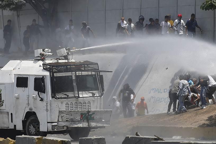 Почти сразу после начала протестов 30 апреля государственный интернет-провайдер Венесуэлы ограничил доступ к социальным сетям и некоторым телеканалам (BBC и CNN)