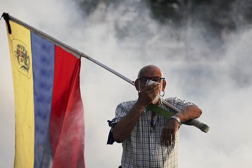Федеральное управление гражданской авиации США запретило американским авиакомпаниям низкие полеты над территорией Венесуэлы в связи «с усилившейся политической нестабильностью и напряженностью» в Боливарианской республике. Также американским самолетам было предписано покинуть территорию Венесуэлы в течение 48 часов