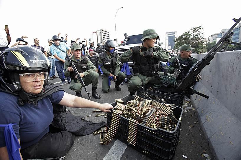 В ходе своего выступления господин Мадуро также сообщил, что назначил генерала Густаво Гонсалеса Лопеса начальником службы разведки Венесуэлы (SEBIN). Ранее эту должность занимал генерал Мануэль Кристофер Фигера, который накануне выпустил заявление с критикой действий президента страны