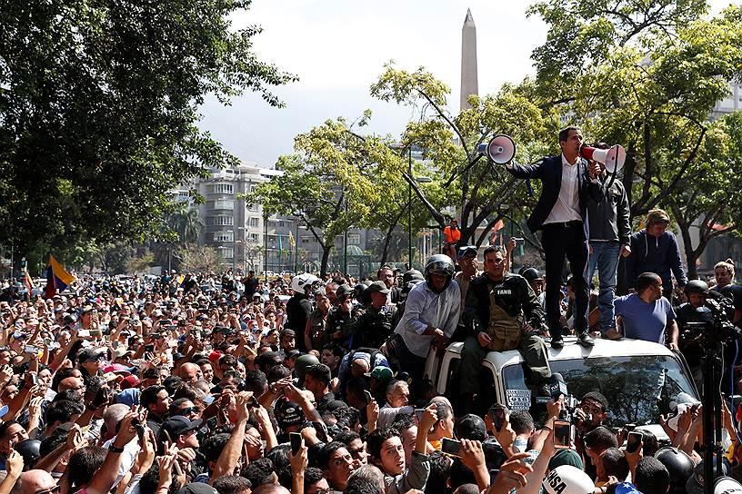 В ночь на 30 апреля самопровозглашенный президент Венесуэлы Хуан Гуайдо выложил в своем аккаунте в Twitter видеообращение, в котором он, стоя рядом с группой военных, призвал граждан выйти на улицы, чтобы «покончить с узурпацией» власти президентом Николасом Мадуро