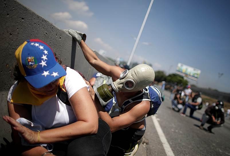 Reuters со ссылкой на очевидцев сообщил о выстрелах, раздававшихся у дворца. По данным собеседников агентства, люди в военной форме, которые сопровождали Хуана Гуайдо, вступили в перестрелку с солдатами, защищающими президента Мадуро