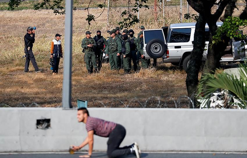 Хуан Гуайдо тем не менее призвал граждан продолжить протесты и 1 мая. Он присоединился к демонстрантам в Каракасе, пройдя вместе с ними по главной улице в сопровождении охранников
