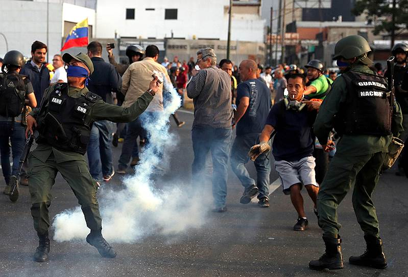 После этого на улицах Венесуэлы начались митинги в поддержку Хуана Гуайдо и столкновения протестующих с военными. По данным Reuters, пострадали более 70 человек, более 80 были задержаны