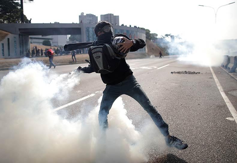 В посольстве России в Венесуэле заявили, что находящиеся в Каракасе российские военные специалисты «не собираются вмешиваться в происходящее». Сведений о том, что российские граждане могли пострадать в ходе протестов, нет. В МИД РФ предупредили США, что их вмешательство в дела Венесуэлы «может привести к коллапсу»