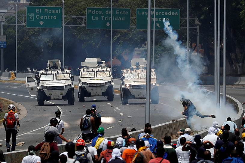 Одновременно у президентского дворца в Каракасе стали собираться тысячи людей на демонстрацию в поддержку Николаса Мадуро