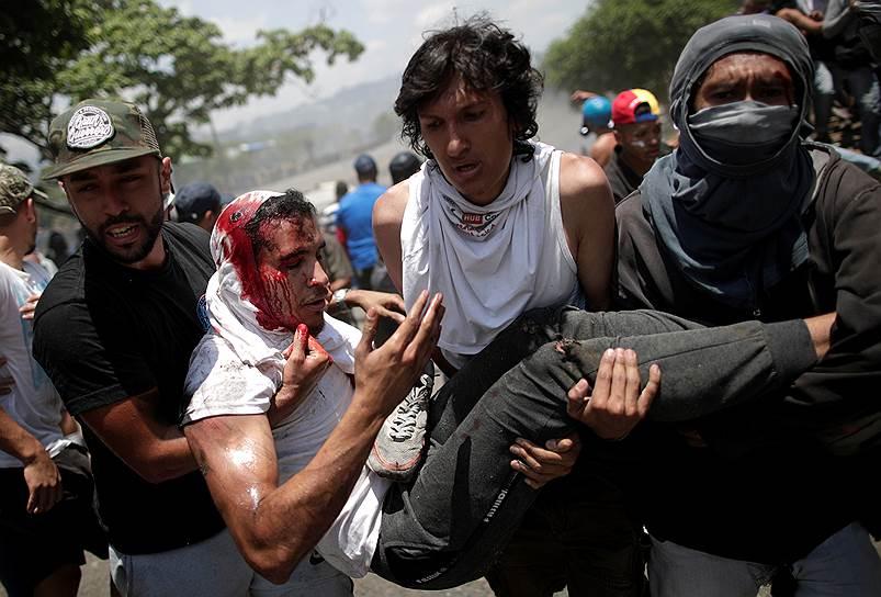 Глава венесуэльского Минобороны Владимир Падрино Лопес заявил о поддержке Николаса Мадуро и о готовности применить оружие в случае необходимости. Министр связи и информации Венесуэлы Хорхе Родригес назвал действия оппозиционера Гуайдо попыткой госпереворота, к которой причастна «небольшая группа военных предателей». Сам Николас Мадуро в Twitter заявил, что все военное руководство страны верно властям Венесуэлы