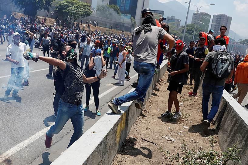 Генеральный секретарь ООН Антониу Гутерриш призвал все стороны предпринять все возможное, чтобы «восстановить спокойствие и избежать насилие в стране»
