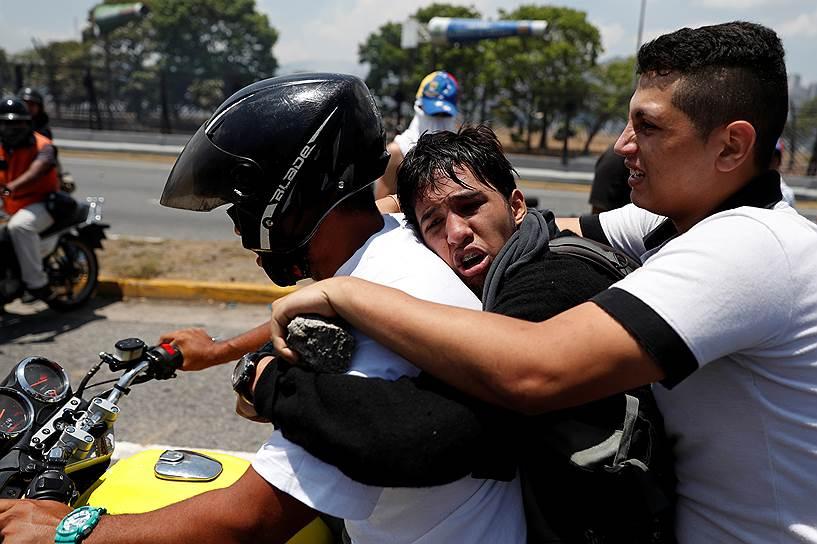 Россия имеет значительные накопленные инвестиции в венесуэльскую экономику. С 2006 года правительство РФ и компания «Роснефть» в сумме выдали Каракасу кредитов на $17 млрд. 6 декабря прошлого года российские власти пообещали Николасу Мадуро поставить в его страну в 2019 году 600 тыс. тонн зерна, а также инвестировать в увеличение производства нефти и других ресурсов до $5 млрд