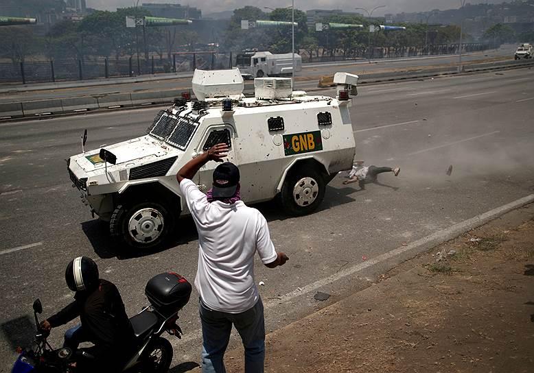 Прокуратура Венесуэлы начала расследование попытки госпереворота. «Я говорил с генеральным прокурором, и он назначил трех прокуроров, которые уже начали расследование»,— заявил Николас Мадуро. По его словам, прокуроры опрашивают участников столкновения у военной базы в Каракасе