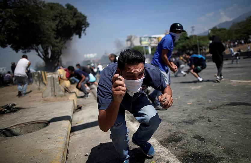 1 мая Николас Мадуро выступил с обращением к нации в эфире местного телеканала Telesur. Он объявил о подавлении военного мятежа, назвав его попытку «провальной». Кроме того, президент сообщил о пяти пострадавших в ходе беспорядков военных