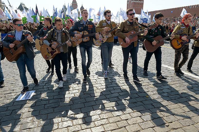 Всего в праздничном шествии приняли участие около 100 тыс. человек