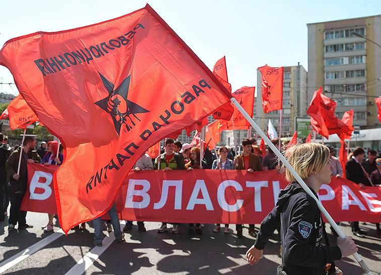 Участники несли в руках флаги и плакаты с требованиями снизить цены на топливо, проиндексировать зарплаты, создать рабочие места для молодежи, уменьшить пенсионный возраст и т.д.