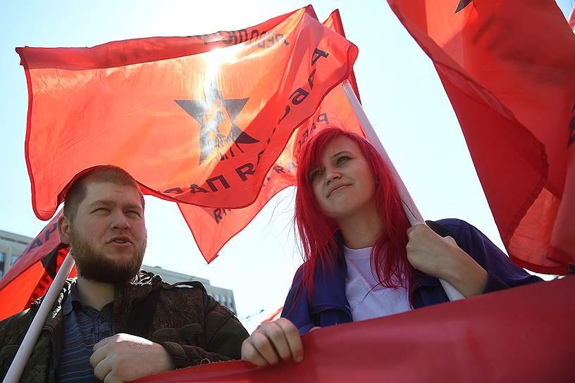 Участники шли под бодрую музыку: звучали песни «От Волги до Енисея», «Москва, звонят колокола», «Я шагаю по Москве» и другие