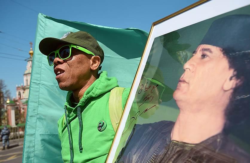 На демонстрации присутствовали и некоторые участники проходящей в этот же день «Монстрации» — шествия с шуточными и абсурдными лозунгами