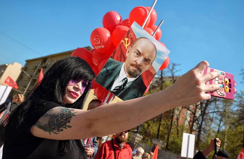 Также было много флагов с символикой СССР и КПРФ, а также портретов с изображением Владимира Ленина