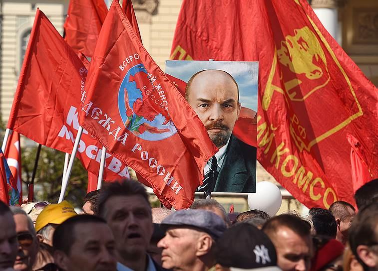 Участники демонстрации, посвященной Дню Международной солидарности трудящихся