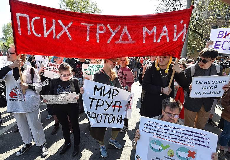 Колонна «Монстрации» начиналась флагами КПРФ и знаменами Левого блока («Власть надо брать!»)