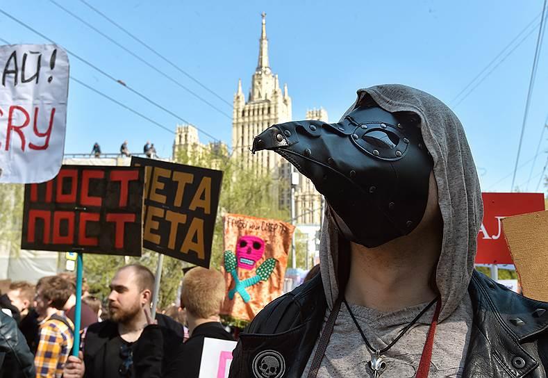 В Москве «Монстрация» проходила параллельно с традиционным первомайским митингом