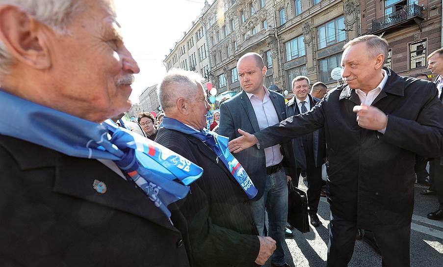 Временно исполняющий обязанности губернатора Санкт-Петербурга Александр Беглов (справа) приветствует участников демонстрации