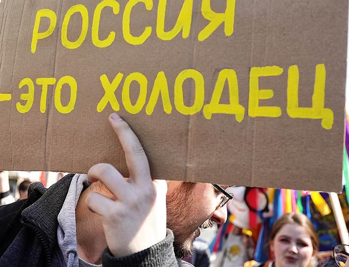 Среди самых запомнившихся надписей на плакатах в Санкт-Петербурге — «Против ограничений винегрета», «Мы нервные», «Партия непрерывного отжига», «Даешь котизм-копибаризм»