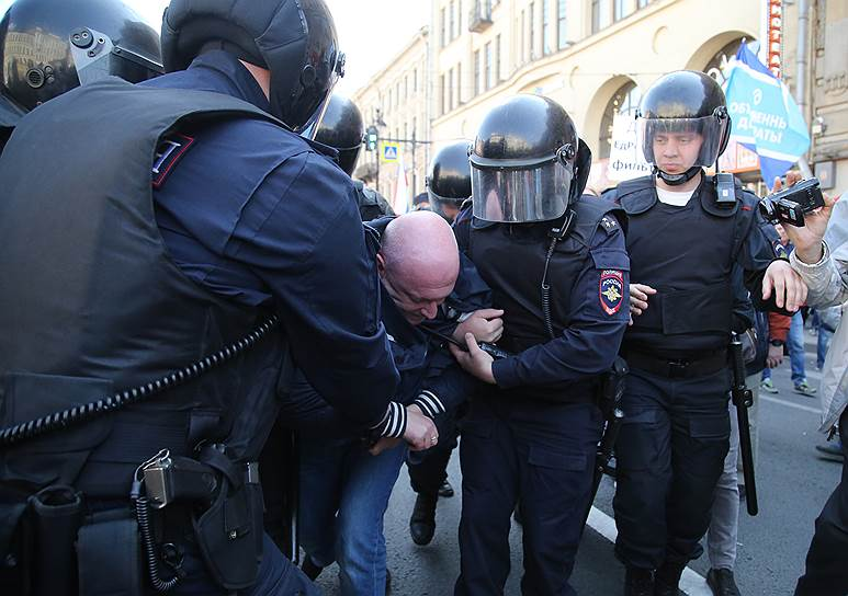 Среди задержанных оказался депутат заксобрания города Максим Резник