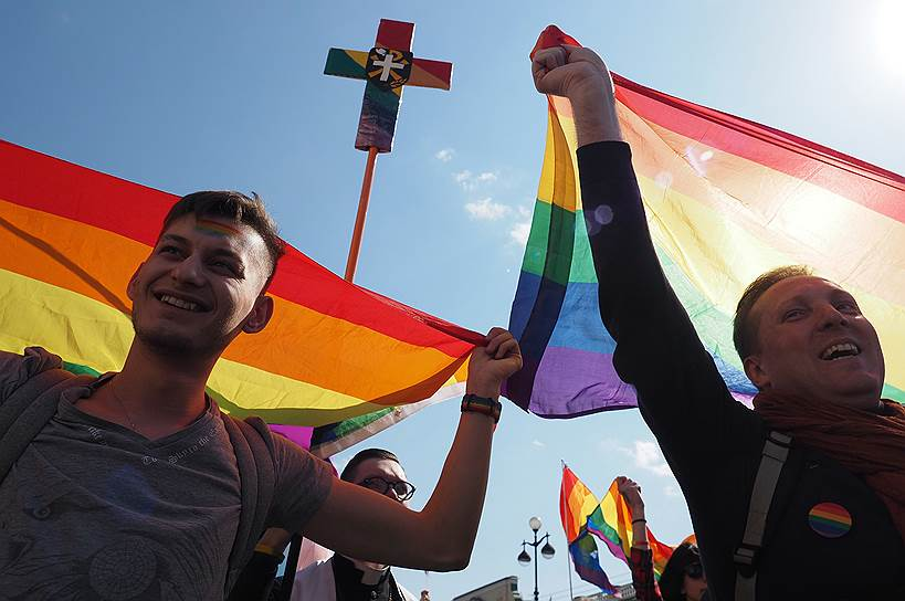 Участники санкт-петербургской «Монстрации» во время первомайского шествия