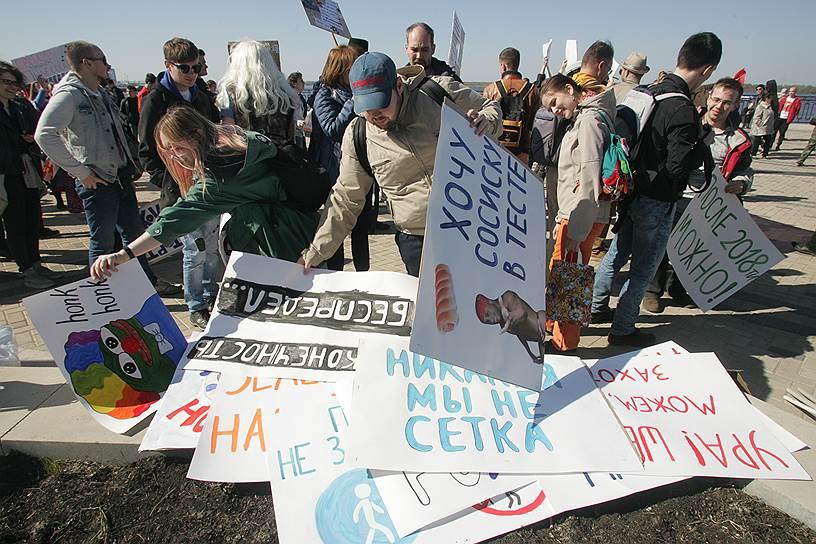 В Нижнем Новгороде «Монстрация» собрала около сотни человек. Некоторые участники были одеты в маскарадные костюмы, у группы пастафарианцев на головах были дуршлаги