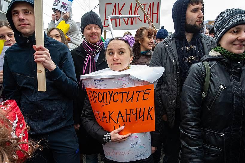 Часть плакатов в Новосибирске была посвящена закону о «суверенном рунете», который 1 мая подписал Владимир Путин: «О сколько нам закрытий чудных», «Интернет со вкусом лука» и др.