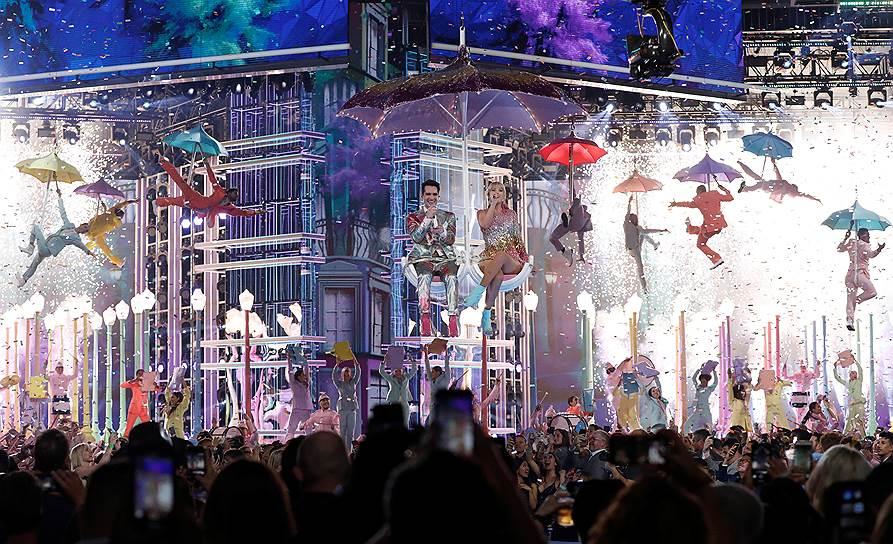 Солист группы Panic! at the Disco Брендан Ури и певица Тейлор Свифт открыли шоу ярким музыкальном номером, содержащим отсылки к «Мэри Поппинс», «Шербургским зонтикам» и Голливуду 1930-х годов