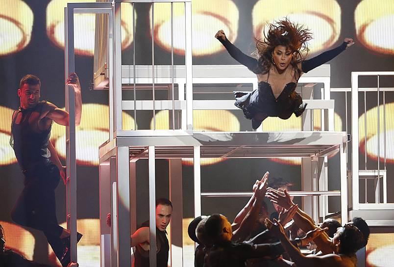 Шестиминутное исполнение певицей Полой Абдул попурри из своих лучших песен закрывало церемонию Billboard Music Awards. Певица выступила на церемонии вручения наград впервые за 29 лет