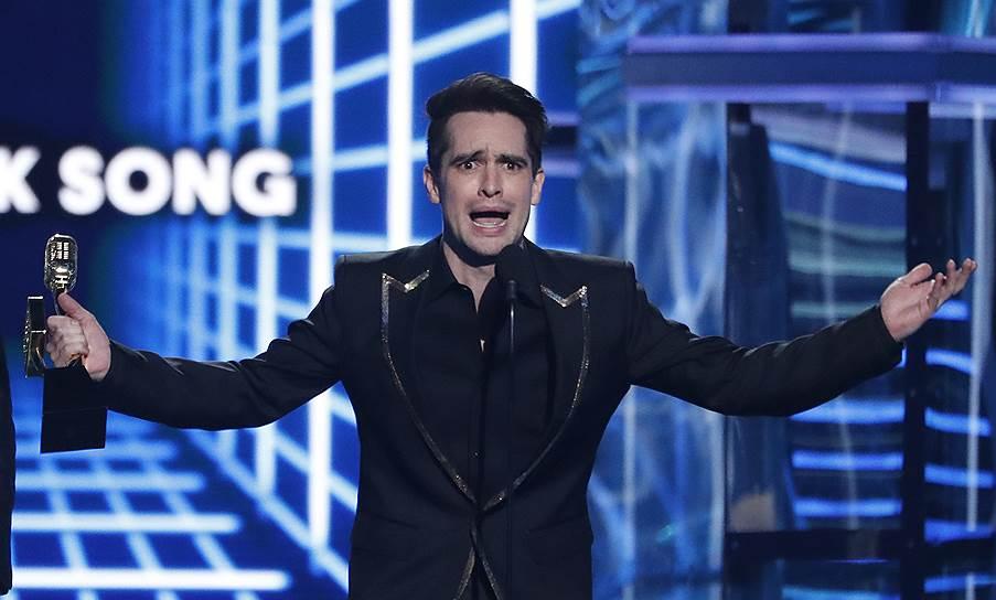 Брендан Ури из Panic! at the Disco получил награды в номинации «Лучший рок-альбом» за «Pray For The Wicked» и «Лучшая рок-песня» за «High Hopes»
