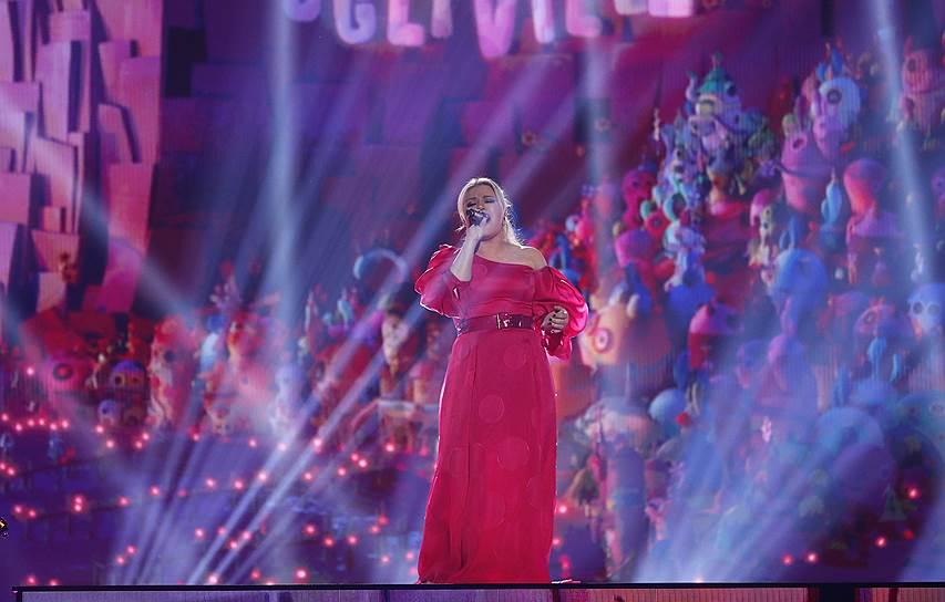 Второй год подряд ведущей Billboard Music Awards стала певица Келли Кларксон, которая также исполнила попурри из своих песен