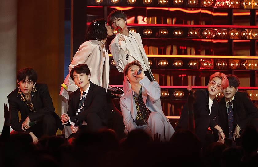 Группа BTS стала первым корейским исполнителем, выигравшим в номинации «Лучший дуэт или группа». Также она получила статуэтку в номинации «Лучший артист социальных сетей»